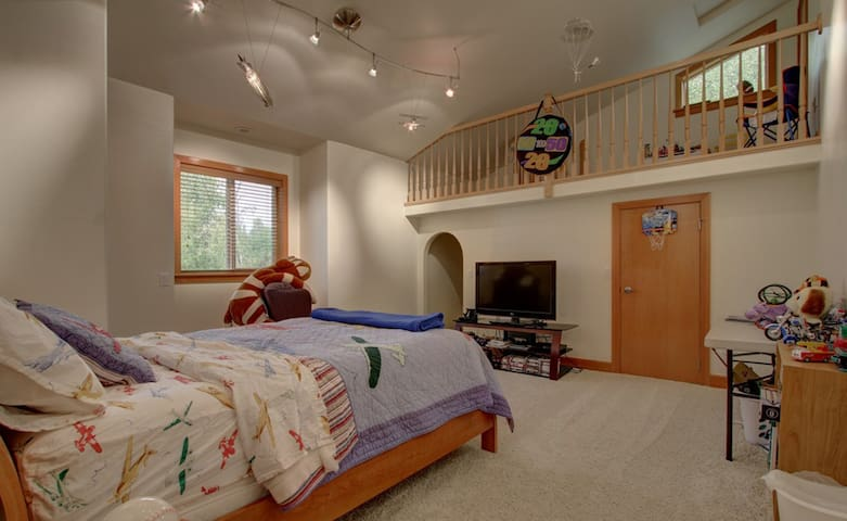 "Lake Front Luxury- ""Marc's Room"" - Big Lake - Hus"