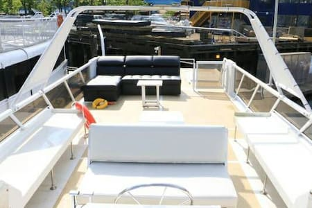 Motoryacht with 40ft rooftop deck! - Vancouver