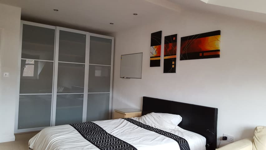 Lovely large double room with sitting area - Chandler's Ford
