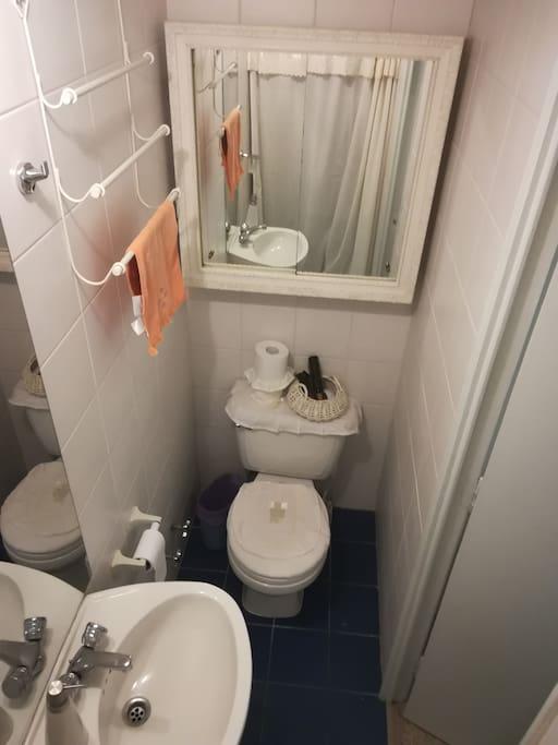 Baño de pieza  de camas singles