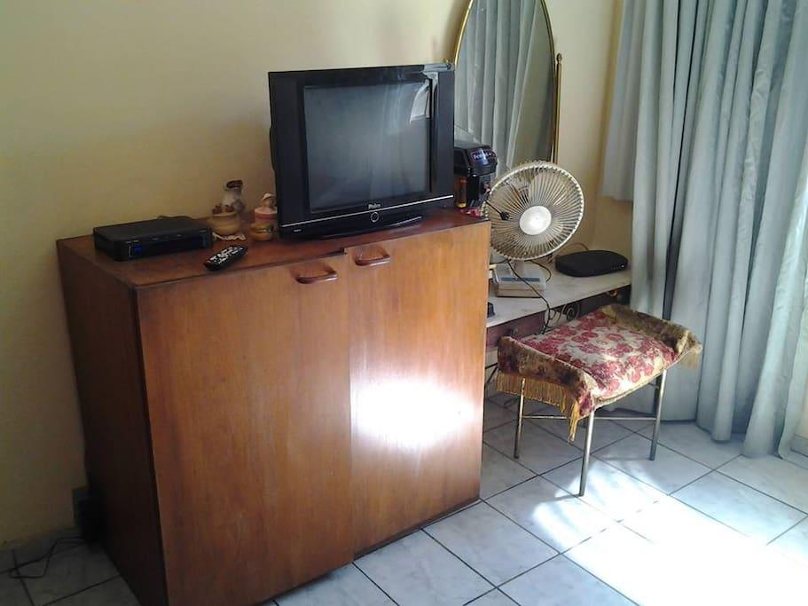 Televisão e ventilador.