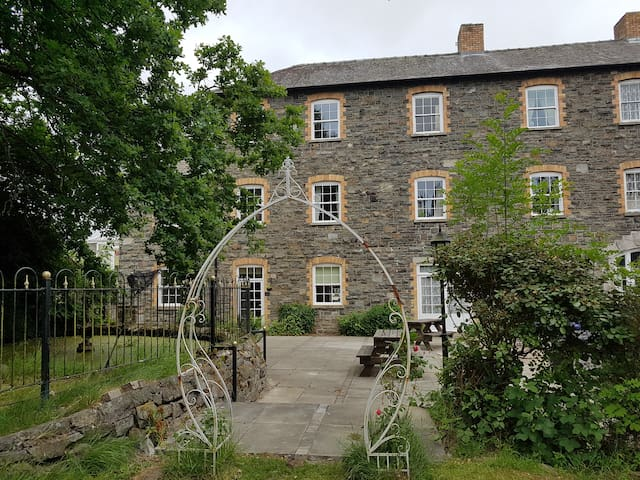 East Wing of Historical Country House Sleeps 9