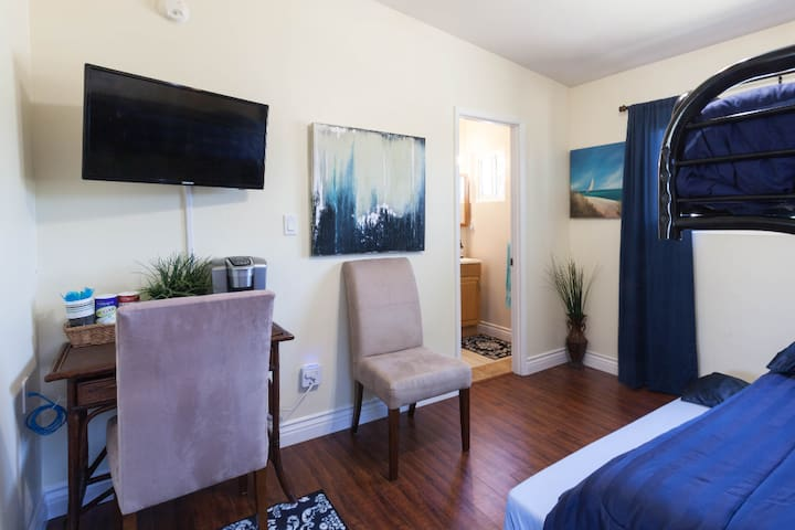 3 bed studio with AC near Amphitheater close to DT