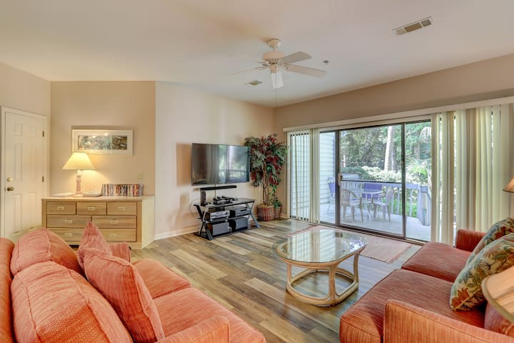 Dog-friendly condo with shared pool and tennis, short walk to the beach!