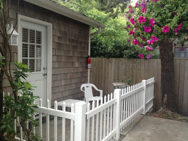 Cozy, dog-friendly studio w/ easy beach access - great location!