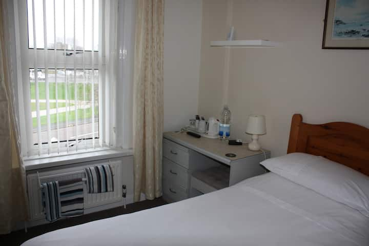 Single room next to Poole Park, central Poole