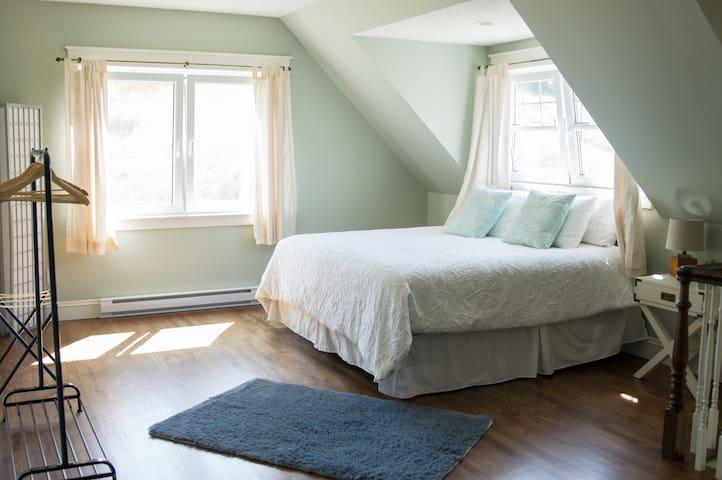 Bedroom 1: open concept king