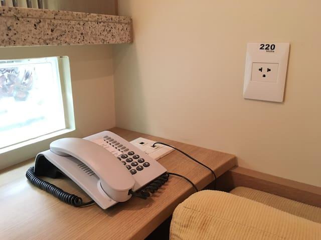 Telefone em todos os ambientes, inclusive no banheiro