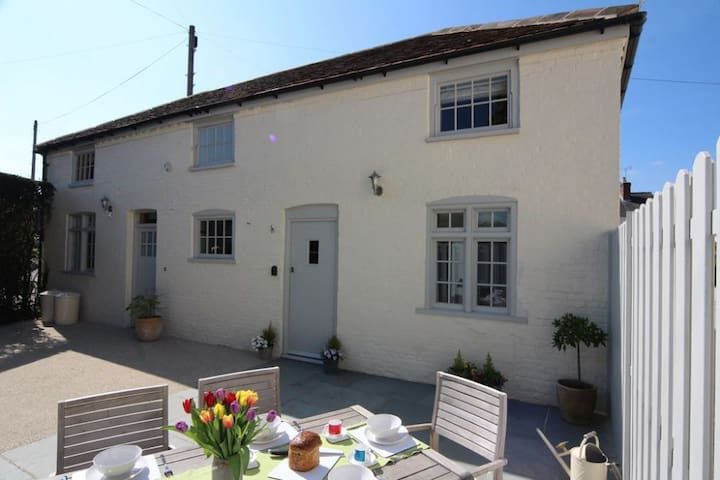 Boutique Large 5 Bedroom Cottage Near Winchester