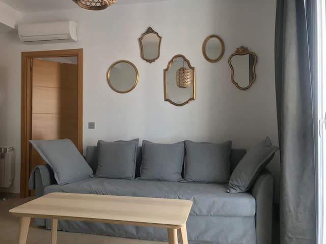 Apartamento de un dormitorio y sofá cama