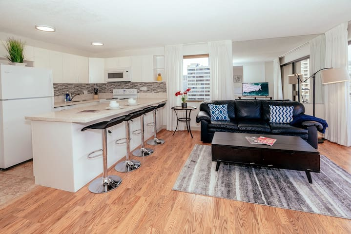 **Professionally Sanitized**Renovated Condo, Close to Beaches & Free Parking! - Four Paddle Waikiki 1 BDR on the 17th Floor