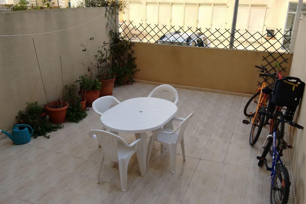 Amplio patio con toldo. Muy agradable para comer y cenar en verano.