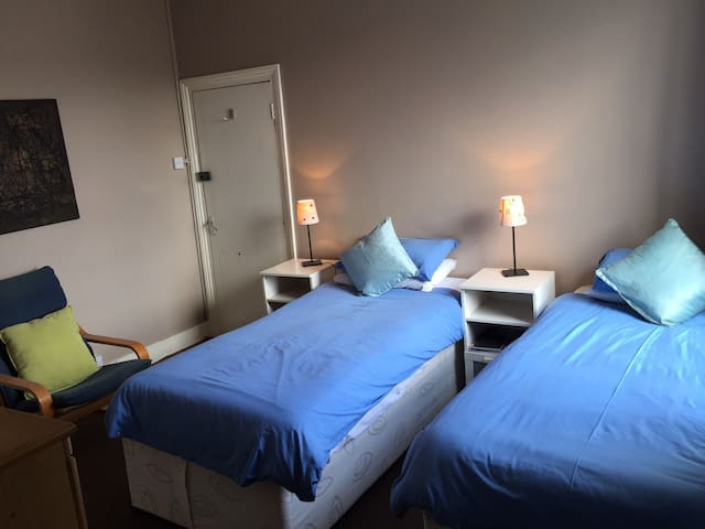 Twin Bedroom in Fashionable Q Park