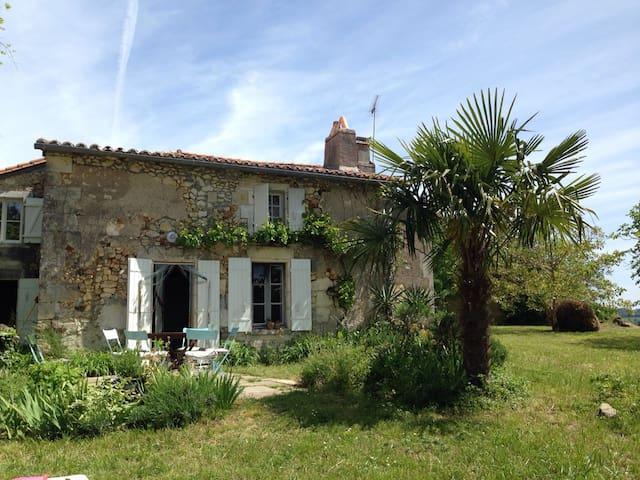 Wunderschönes altes Haus im Herzen des Perigords - Festalemps