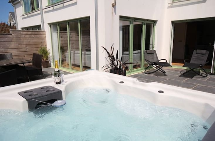 Award Winning 2 Bed Apartment with Private Hot Tub