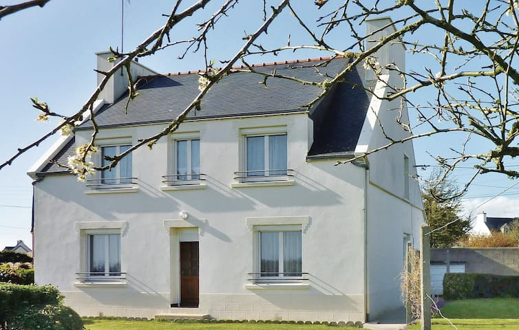 Holiday cottage with 4 bedrooms on 128 m² in Pouldreuzic