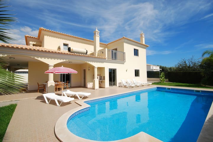 Very spacious villa with private pool in Albufeira on the Algarve coast