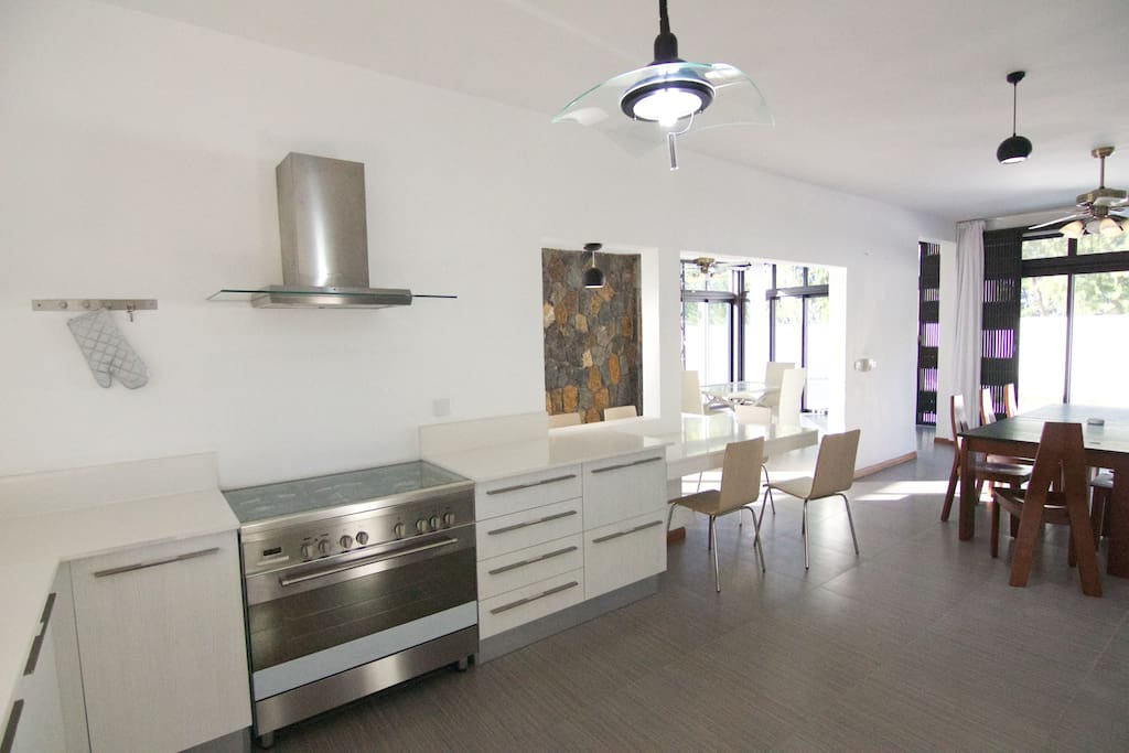 New Modern fully equipped American style kitchen & spacious dining and living room