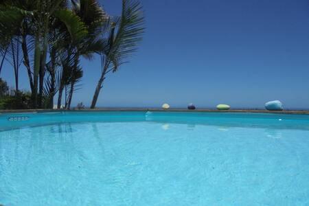 Grand T2 (70m2) en bas de maison piscine vue mer