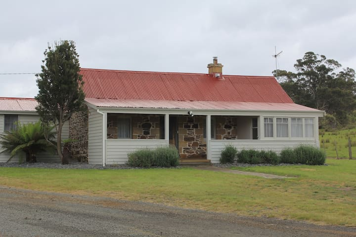Rostrevor Stone Cottage - Farm Stay Cottage - Triabunna - House