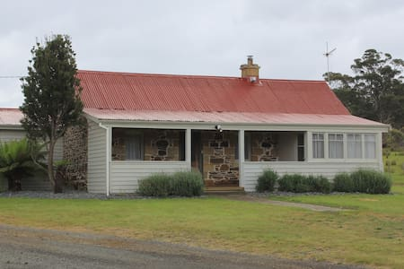 Rostrevor Stone Cottage - Farm Stay Cottage - Triabunna