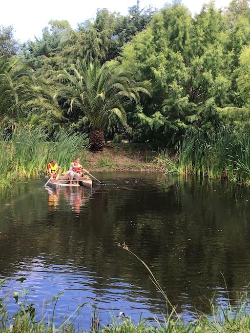 Tajamar rodeado de vegetación con posibilidad de acceder en catamarán