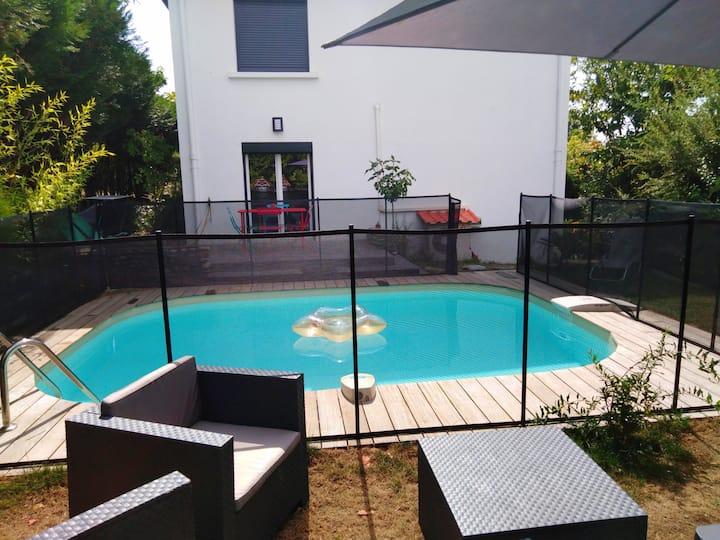 Rez de chaussée indépendant  piscine et jardin.