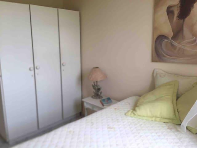Quarto 1 com uma cama box de casal e um roupeiro