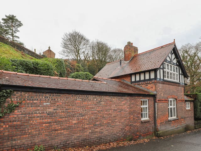 BEECHLANDS COTTAGE, romantic, with a garden in Frodsham, Ref 915575