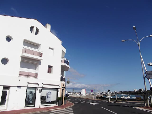 En ville balcon sur port et mer