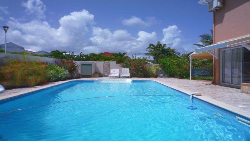 Magnifique 2 pièces avec piscine, proche de la mer