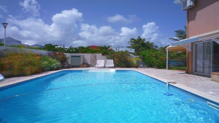 Magnifique 2 pièces, piscine, proche de la mer.
