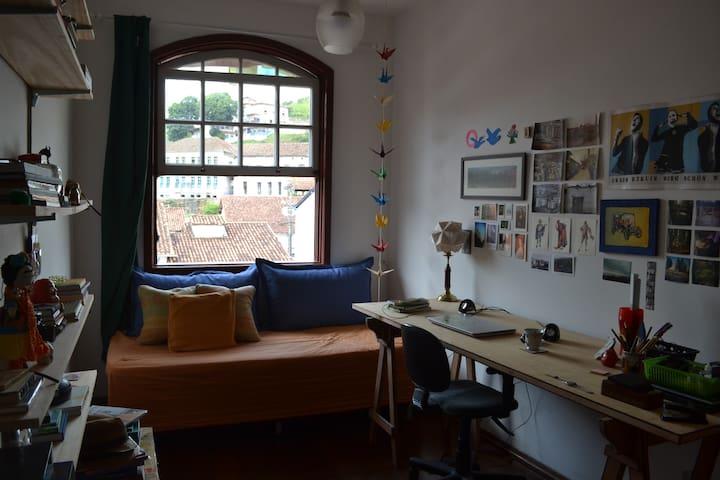 Quarto confortável e bem localizado - Ouro Preto - บ้าน