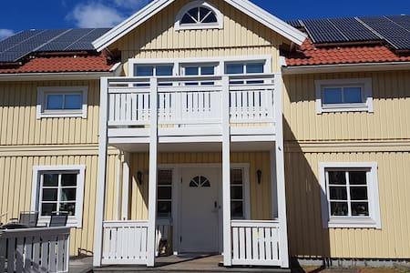 Hem med solpanel vid badsjö och naturreservat