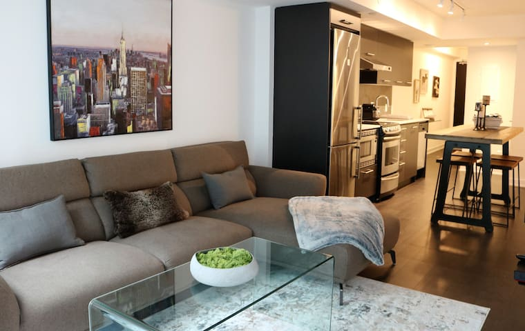 Luxurious New Condo in Entertainment District