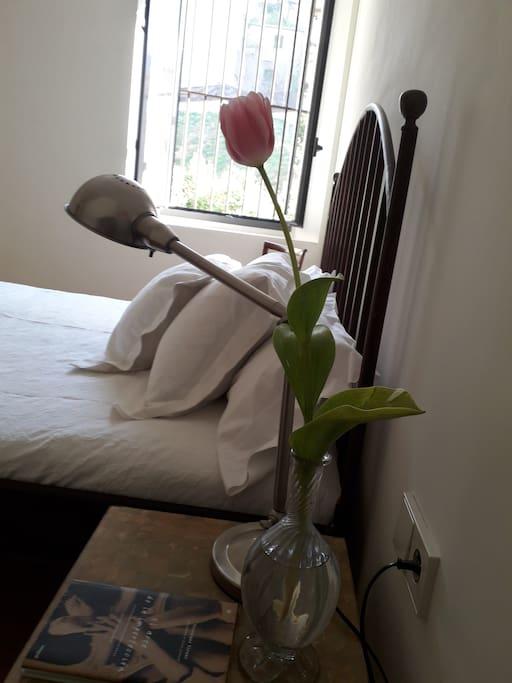 Siempre encontrarás flores frescas en la habitación.