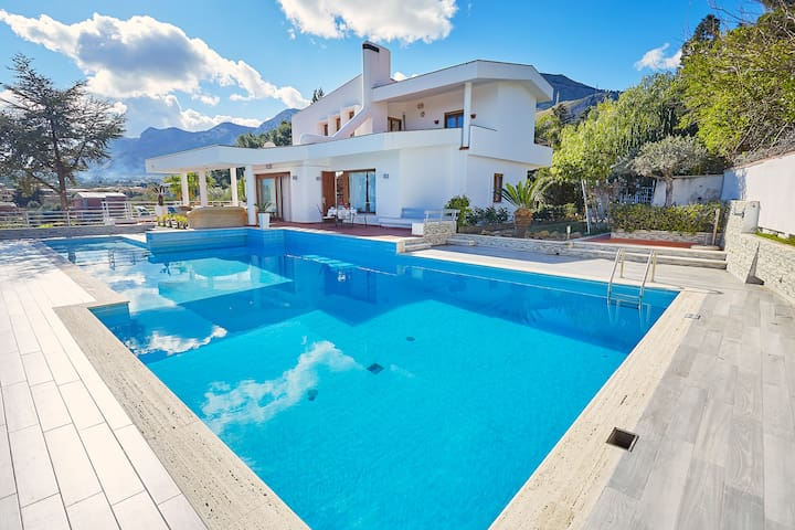 Villa Hermosa with pool and sea view