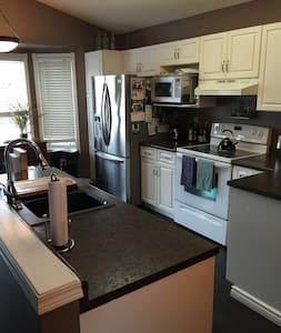 2 bedroom home in Royalwood, St. Vital - Winnipeg - Hus