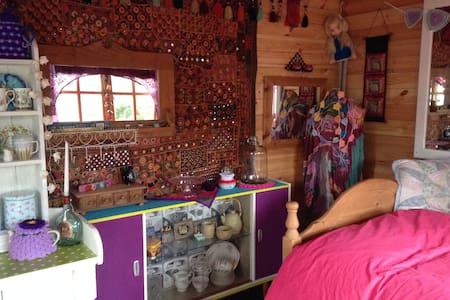Quirky little cabin in a quiet location - Dalton-in-Furness
