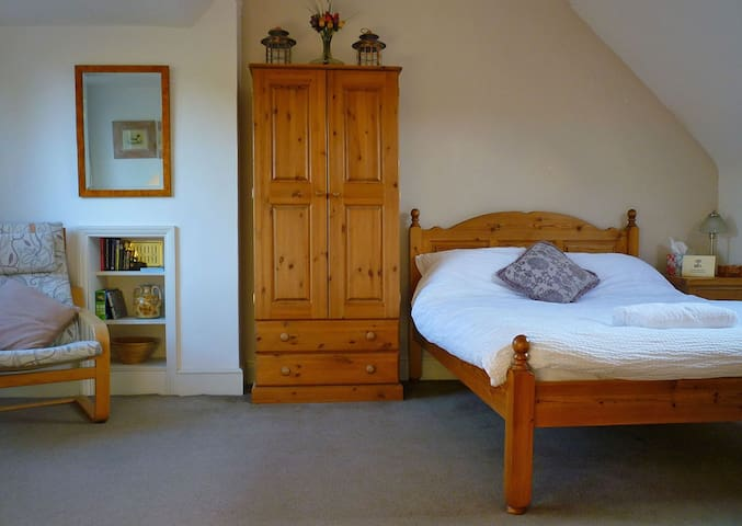 Double bedroom with private bathroom in Kingston - Kingston upon Thames - Huis