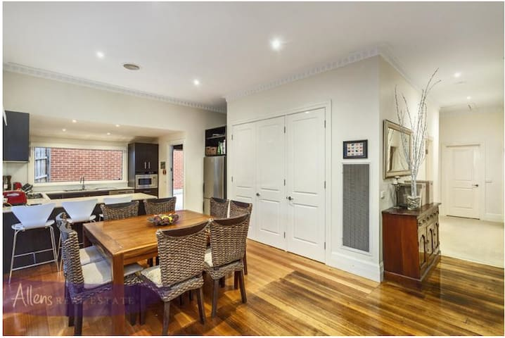 Great value, modern, close to train - Nunawading - House