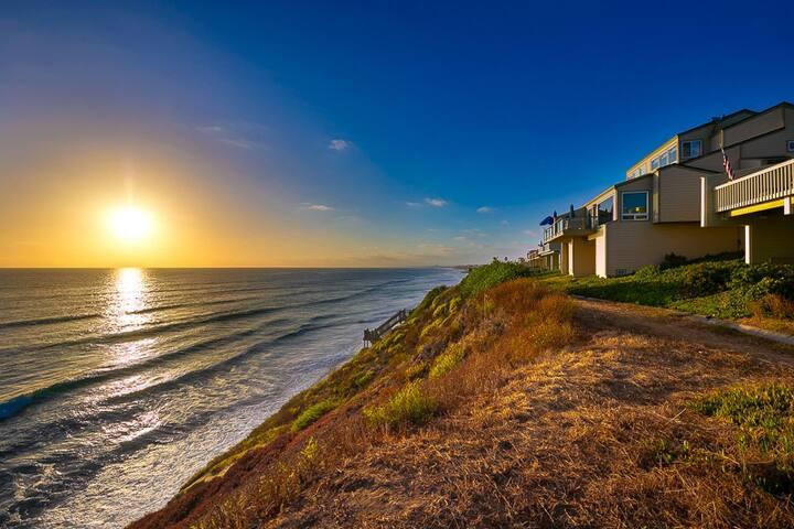 Beautiful SeaBluffe Escape, Private Beach Access, Amenities + Great Location