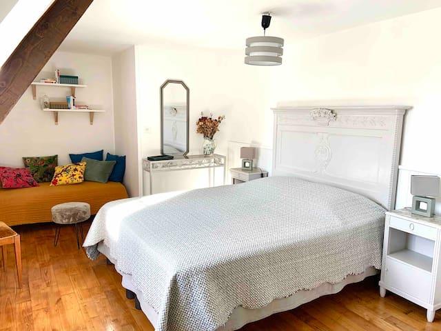 Chambre 3 à l'étage avec un lit 1,60 cm et une banquette/canapé