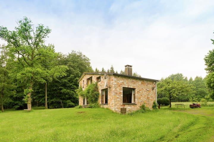 Sonniges Ferienhaus im Wald in Houveigne