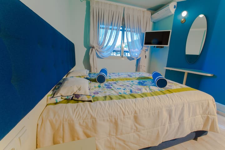 First floor bedroom number 1 with 2 single beds. 1й этаж  спальня номер 1 две раздельные кровати. 1ος όροφος κρεβατοκάμαρα νούμερο 1, 2 μονά κρεβάτια.