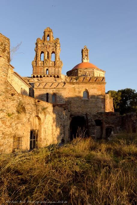 Vistas del monasterio La Cartuja de Cazalla desde el claustro trasero.