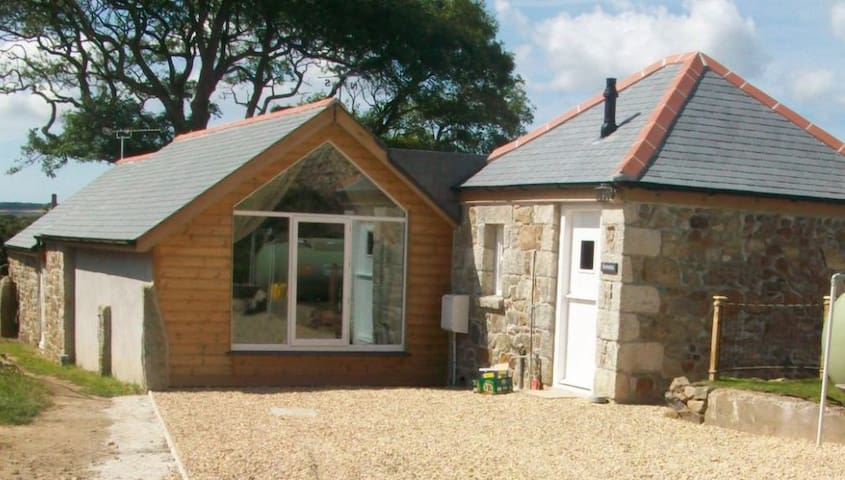 A delightful, detached stone barn in West Cornwall - Goldsithney - Casa