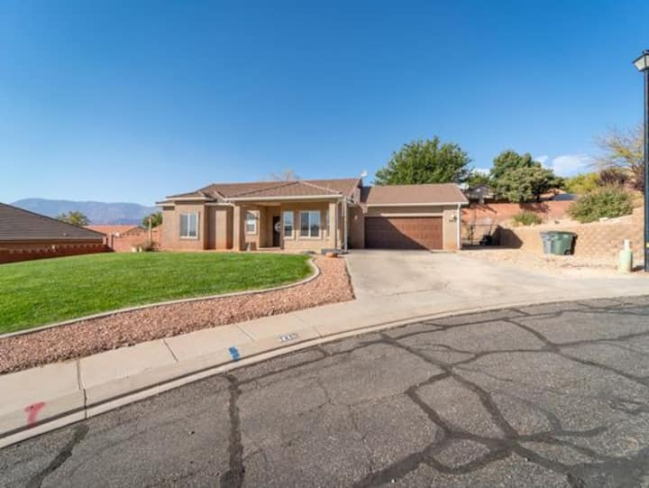 Beautiful home minutes from Zion & Golfing!