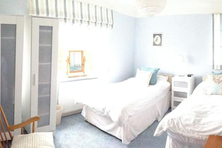 Lovely, bright twin room - Wirral District