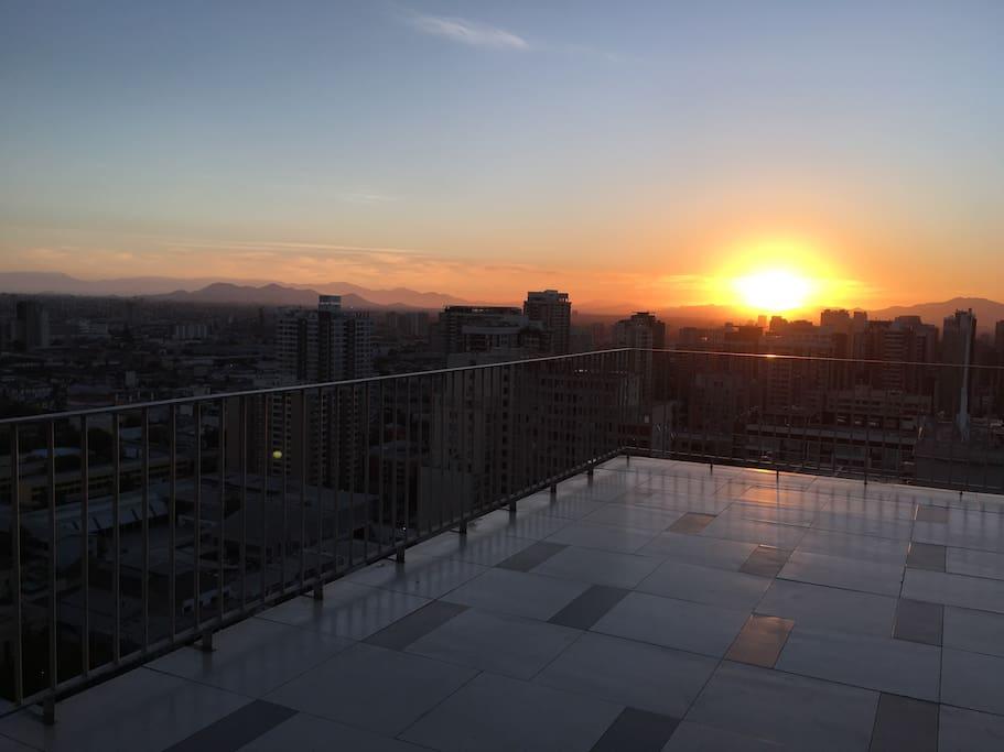 Terraza piso 25 vista atardecer. Terrace, 25th floor, sunset.